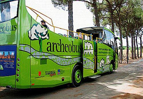 Tres autobuses turísticos en Roma