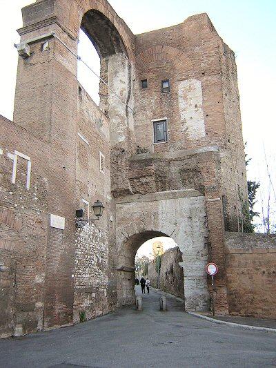 Las Murallas Servianas y el Arco de Dolabella