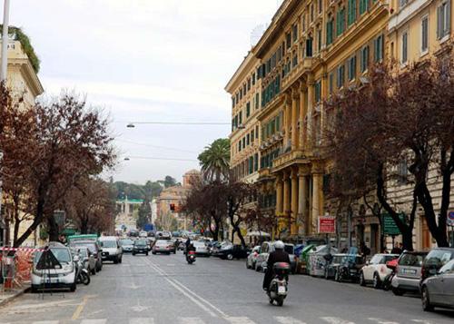 Vía Cola di Renzo, destino de compras en Prati